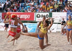 En España, las chicas del balonmano playa logran ganar la batalla del bikini