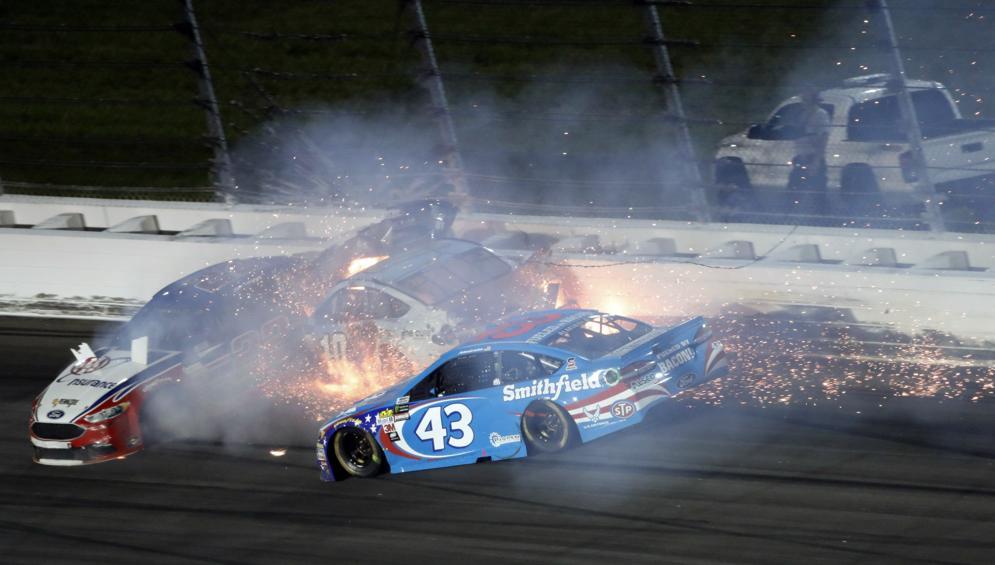VÍDEO: Danica Patrick en medio de peligroso accidente en NASCAR