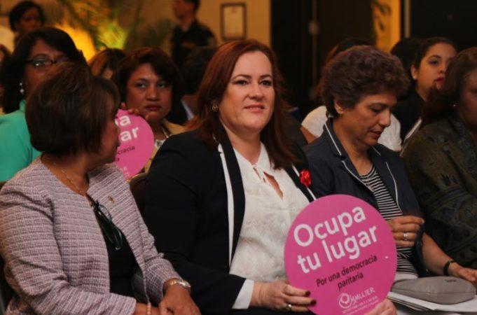 Ministerio de la Mujer celebra seminario por 75 años de ciudadanía de la mujer