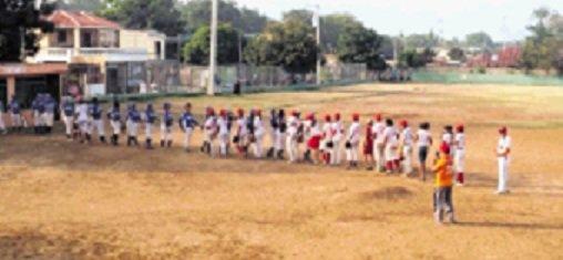 Chicas Powers e Indias dividen béisbol femenino
