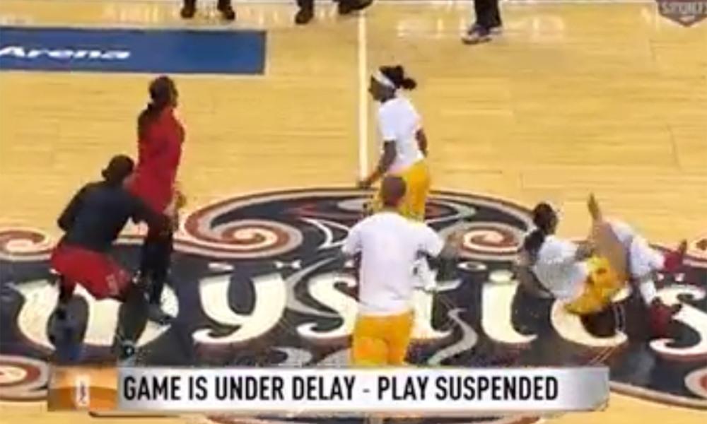 Un partido de la WNBA interrumpido por las goteras