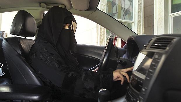 Arabia Saudita permitirá que las mujeres conduzcan vehículos