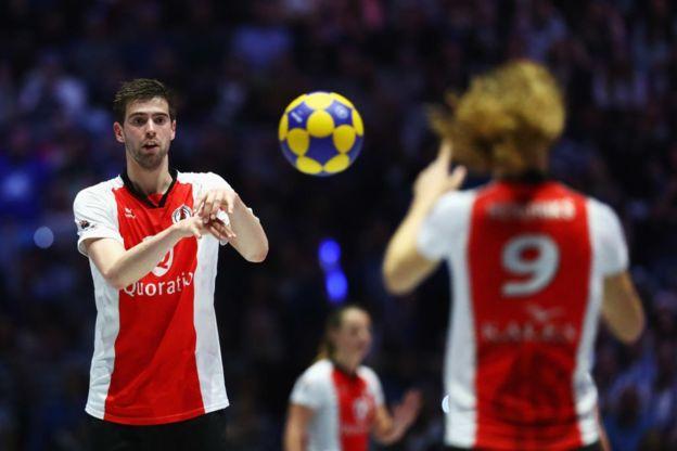 Korfbal: el curioso deporte realmente mixto donde los hombres no pueden tocar a las mujeres