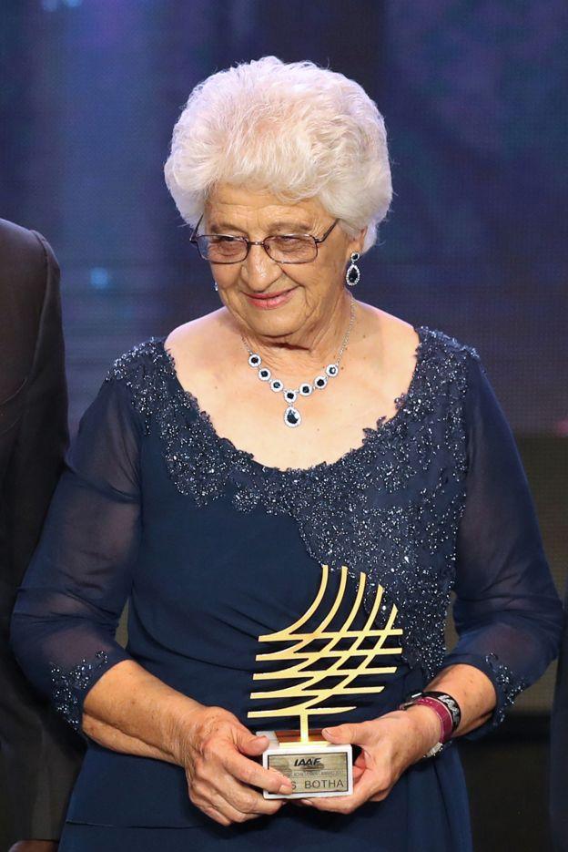 Ans Botha, la mujer de 76 años elegida como mejor entrenador del año
