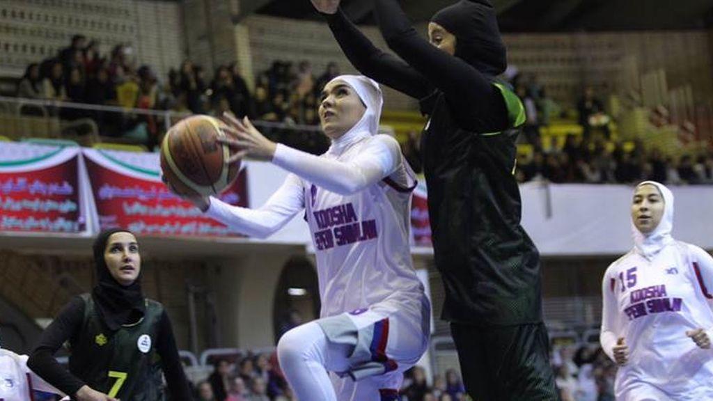 De forma limitada, las mujeres se abren un hueco en los estadios de Irán