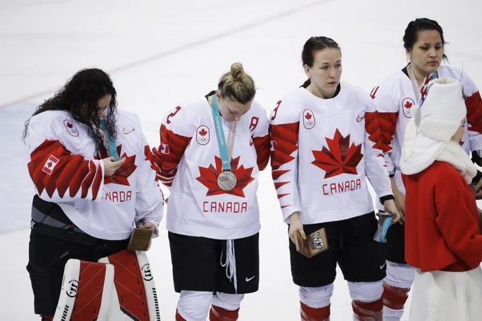 Jugadora canadiense se disculpa por quitarse medalla
