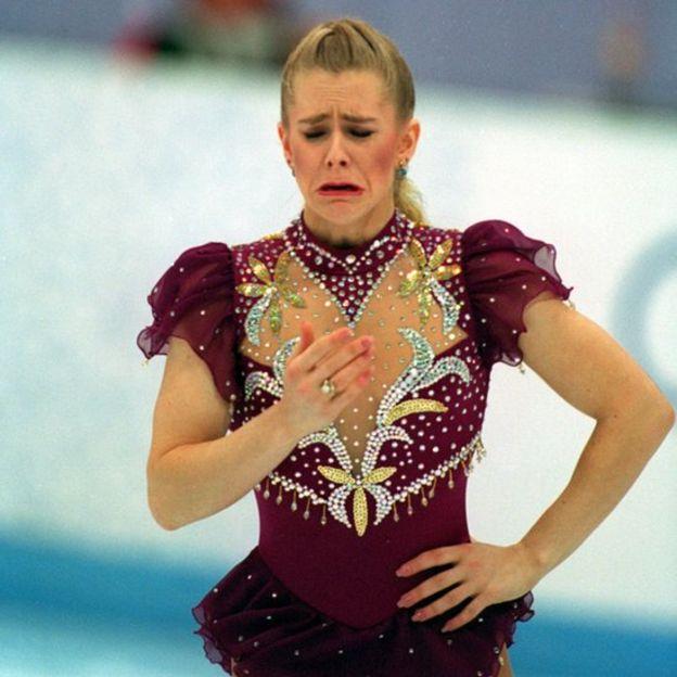 """Tonya Harding, la villana del patinaje sobre hielo en Estados Unidos que """"encargó"""" que le partieran una pierna a su rival Nancy Kerrigan"""