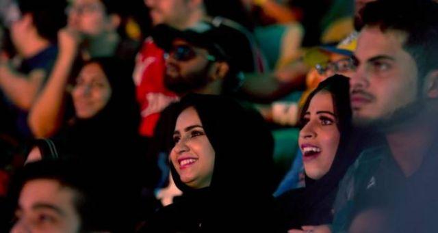 Mujeres y niños asisten a lucha libre de la WWE en Arabia Saudí