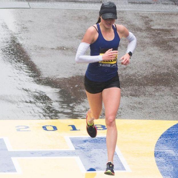 Una enfermera, corriendo, fue la gran sensación del maratón de Boston