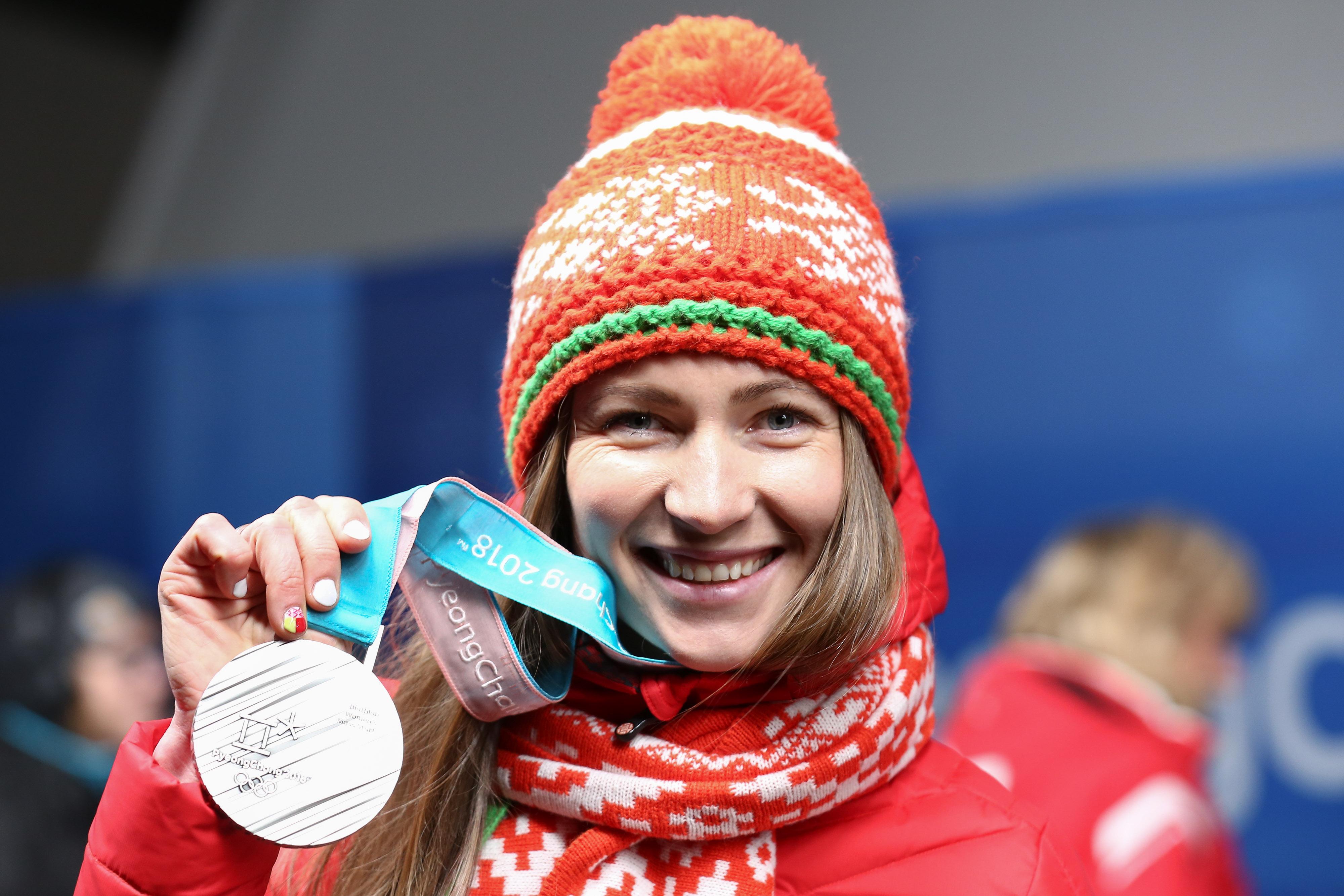 La campeona olímpica de biatlón Darya Domracheva cuelga sus esquís