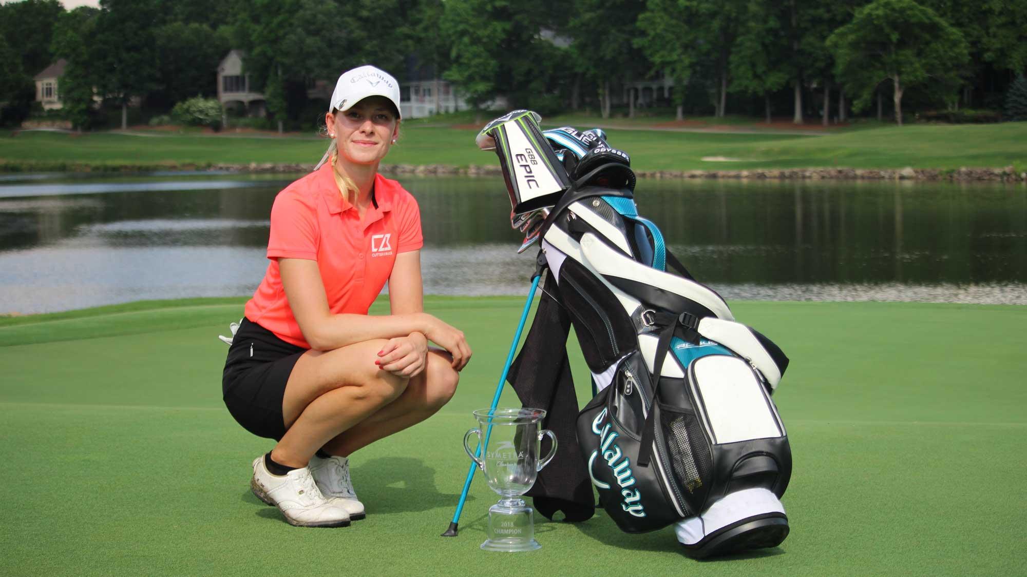 La golfista sueca Jenny Haglund rompe en el aeropuerto su primer trofeo