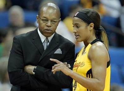 Despiden entrenador en la WNBA por pelearse con su jefe