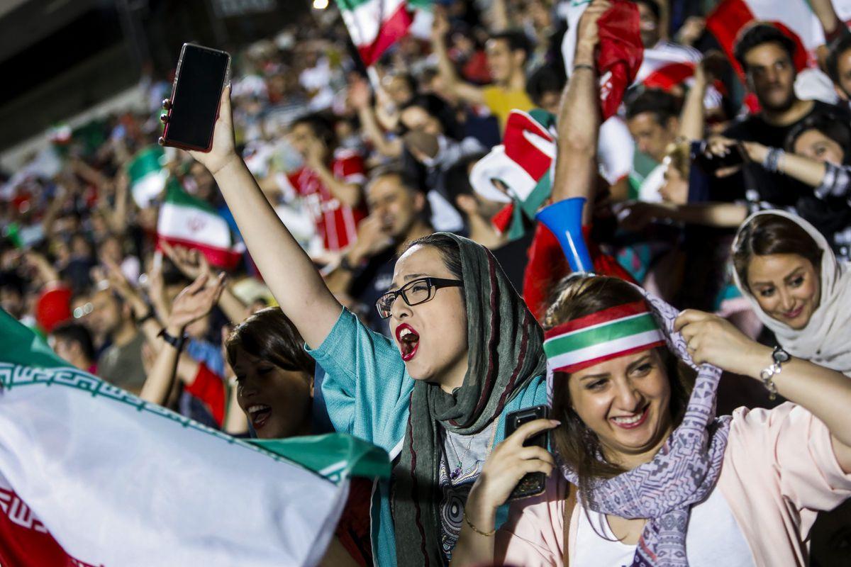 Un centenar de mujeres presenció el Irán-Bolivia