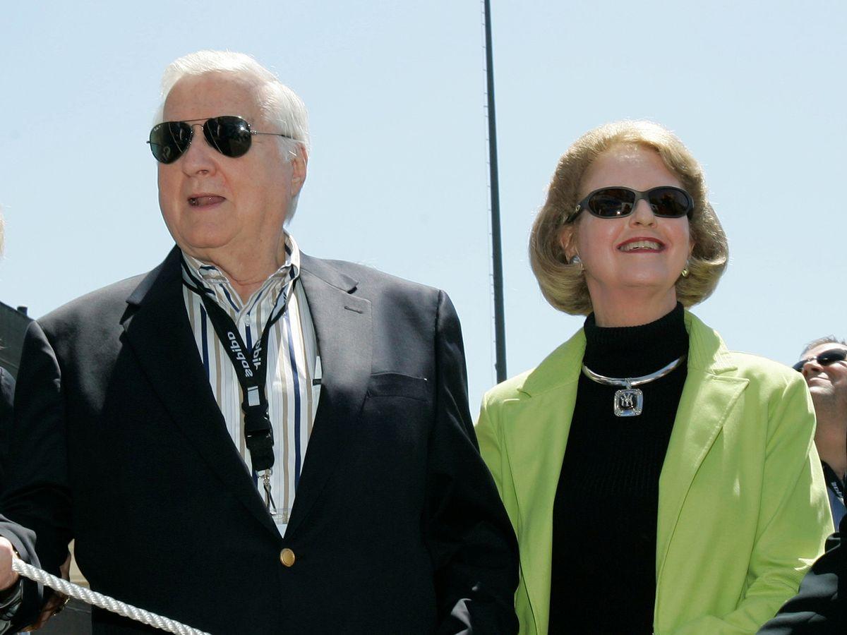 Joan Steinbrenner, esposa del fallecido propietario de los Yankees, George Steinbrenner, fallece a los 83 años.