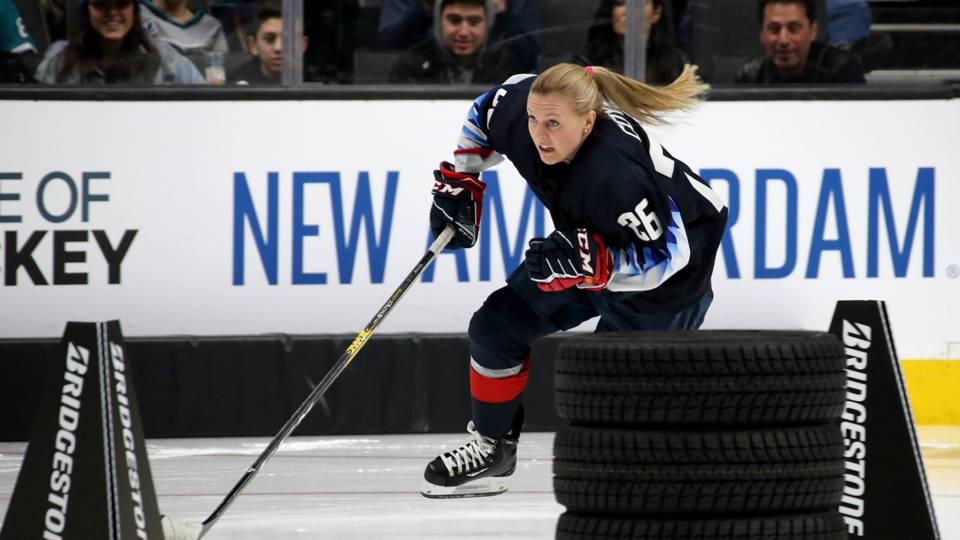 Kendall Coyne tira en la NHL otro muro del deporte femenino