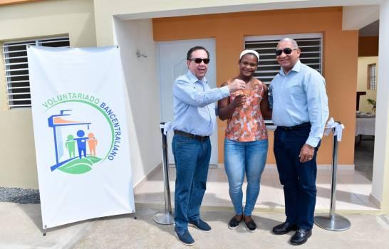 El Banco Central regala una vivienda a la pesista Crismery Santana