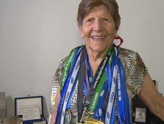 Brasileña de 100 años de edad establece récord Mundial en natación